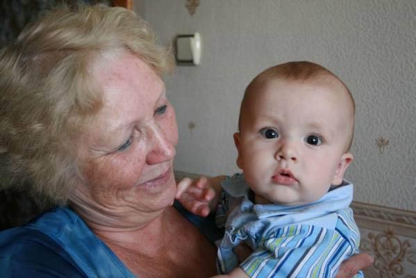 может ли уйти на больничный бабушка по уходу за внуком